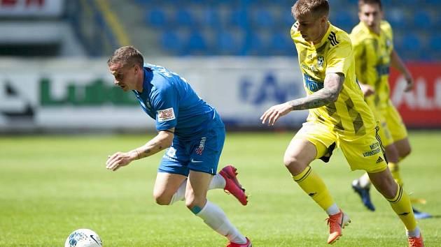 Liberec (v modrém) porazil Varnsdorf 2:0.