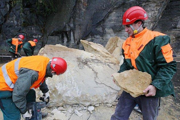 Na silnici ve Hřensku se zřítil skalní masiv