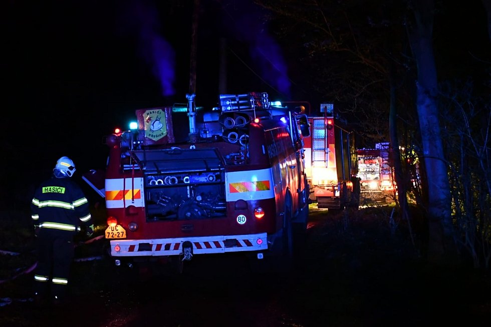 Plameny zcela pohltily roubenku v Lesním Mlýně u Velké Veleně.