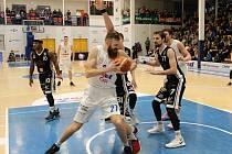 PORÁŽKA. Děčínští basketbalisté doma nestačili na Nymburk. Ten je v sezóně stále stoprocentní.