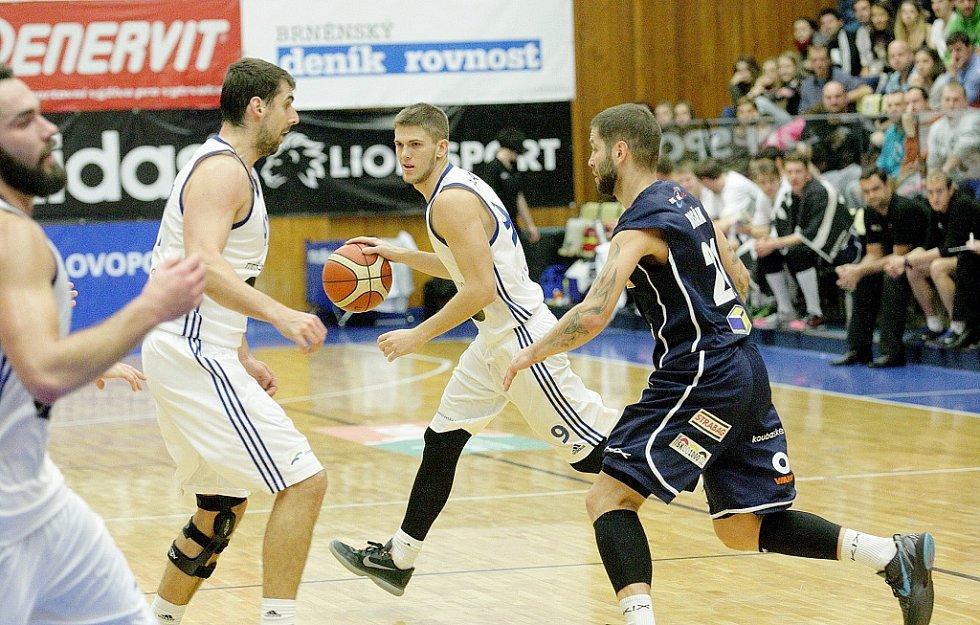 POHODA! Děčínští basketbalisté (v tmavých dresech) v Brně jasně potvrdili roli favorita.