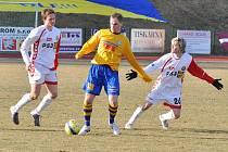 FOTBALISTÉ Slovanu Varnsdorf (ve žlutém) remizovali s Vys. Jihlava 0:0.