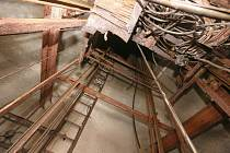 Z původního výtahu v Pastýřské stěně dnes zbyla jen hromada třísek a reznoucích zbytků kovové konstrukce.