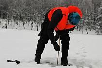 Sílu ledu měřili ve středu dopoledne policisté z krajského oddělení poříční policie na rybníku na Maxičkách a na Vlčím jezeře.