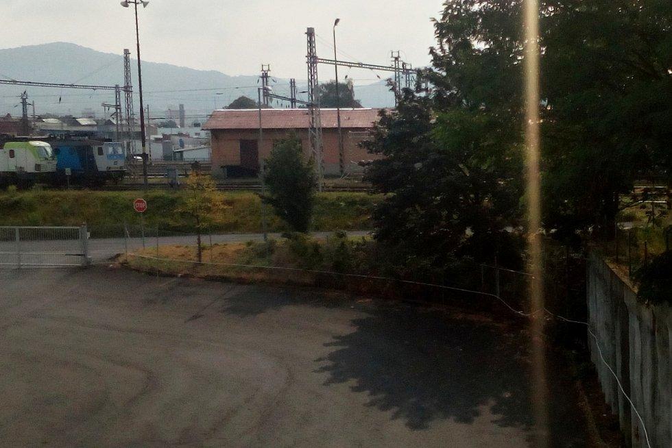 Na stožár na děčínském nádraží vystoupal muž, který hrozí sebevraždou