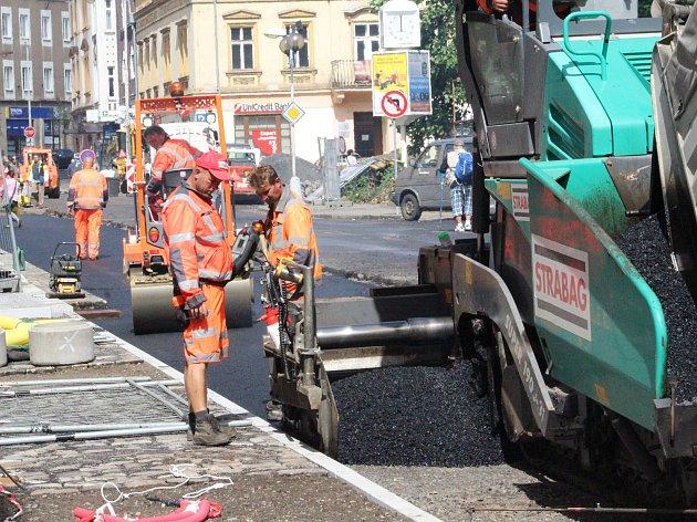 Pokládka asfaltu na ulici Prokopa Holého v Děčíně.