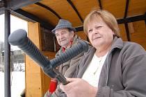 Miroslav a Marta Doležalovi byli od minulého čtvrtka čtyřikrát vykradeni během tří dnů. Proto již důkladně hlídkují kolem své zahrady a vykradeného altánu s letním posezením.
