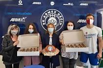 Poděkování. Personál dětského oddělení děčínské nemocnice přišli poděkovat klubu BK ARMEX Děčín za jejich finanční příspěvek.