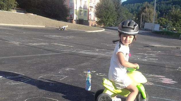 Na asfaltovém plácku si hrají děti, maminky tu parkoviště už nechtějí.