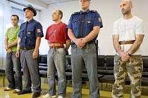 Kosovské Albánce Džabira Bajramiho, Envera Deliu a Xhevdeta Rugovaje, každého z nich na jedenáct let vězení odsoudil ústecký krajský soud kvůli pašování drog