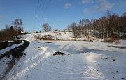 Muž zachránil dvě tonoucí se děti v rybníku v Krásné Lípě na Děčínsku, pod kterými se prolomil led.
