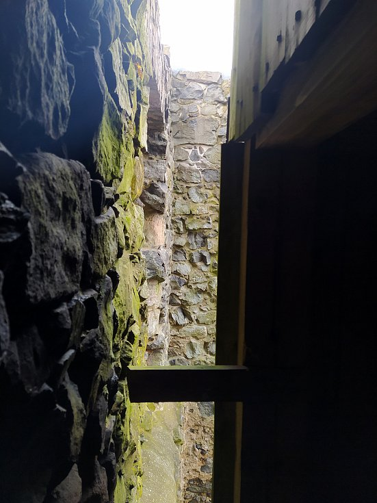 Na vrcholu Zámeckého vrchu u České Kamenice se tyčí zřícenina hradu Kamenice, jejíž součástí je dřevěná rozhledna.