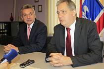 Ministr Jiří Dienstbier (vpravo) v Rumburku.