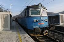 ZASTÁVKA VE SVÁDOVĚ byla při rekonstrukci trati posunuta o několik set metrů blíže centru obce.