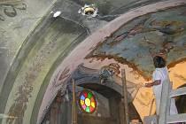 Letošní restaurování malby v kapli Kalvárie přineslo překvapení v podobě původní růžové barvy pozadí, která byla desítky let překryta zelenou barvou