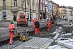 Fotografie z března 2019. Dělníci opravují poškozenou část revitalizovaných Podmokel