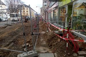 Rozkopaná ulice Prokopa Holého v Děčíně.