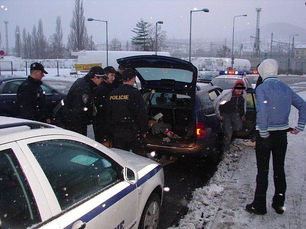 Za asistence městské policie byli zadržení převezeni na obvodní oddělení Policie ČR v Děčíně