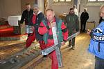 Věž kláštera v Jiříkově zdobí nový kříž.
