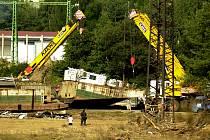 LOĎ  V TĚCHLOVICÍCH. Jedním ze symbolů povodní na Děčínsku se stala loď, která zůstala po opadnutí vody na silnici mezi Děčínem a Těchlovicemi.
