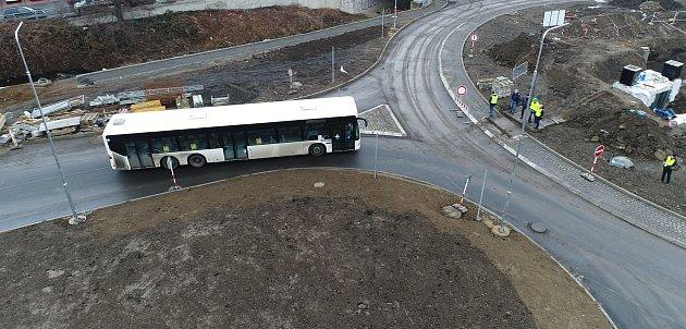 Problémy sprojetím nového kruhového objezdu vDěčíně mají především dlouhá vozidla, jako například patnáctimetrový autobus dopravního podniku.