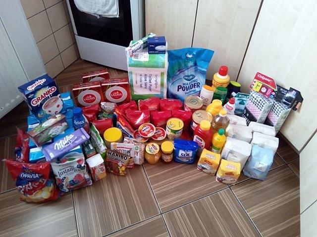 Balíky potravin a základních hygienických potřeb.