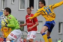 VARNSDORF BYL ÚSPĚŠNĚJŠÍ. V minulé sezóně si Varnsdorf ze vzájemných zápasů proti Pardubicím připsal čtyři body. Na snímku je varnsdorfský Marek Volf (vpravo).