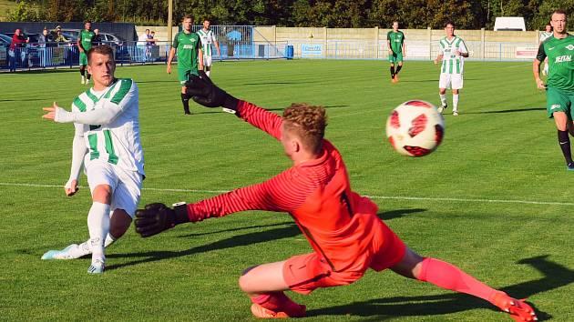 HUBENÉ VÍTĚZSTVÍ. Vilémov (pruhované dresy) doma porazil Perštejn 1:0.