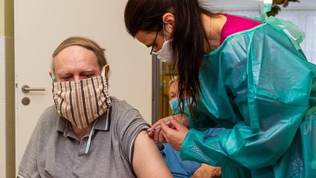 Očkování seniorů.