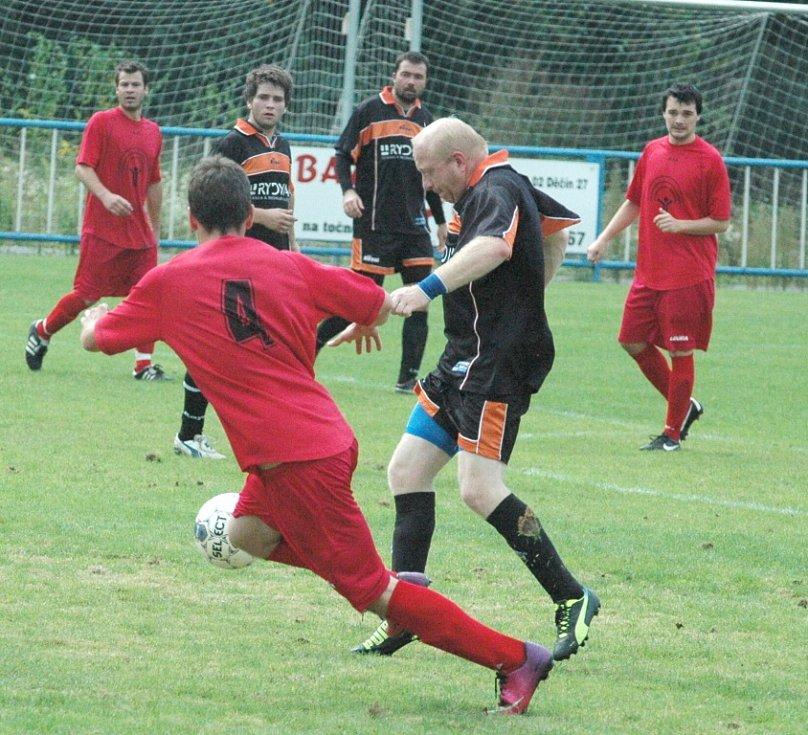 SOUBOJ O ČELO III. třídy vyzněl pro Březiny (v červeném), které porazily Bynovec 6:0.