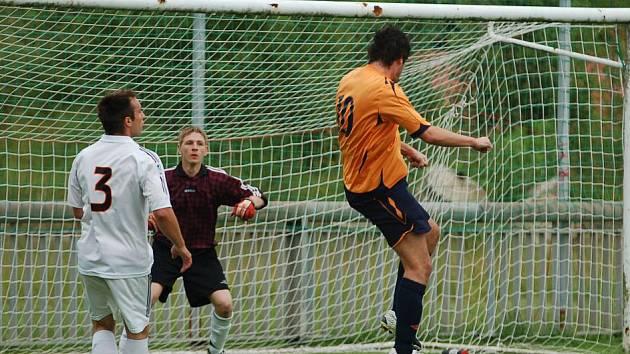 FOTBALISTÉ FK Jílové (v oranžovém) zdolali hladce 3:0 Šluknov (v bílém).