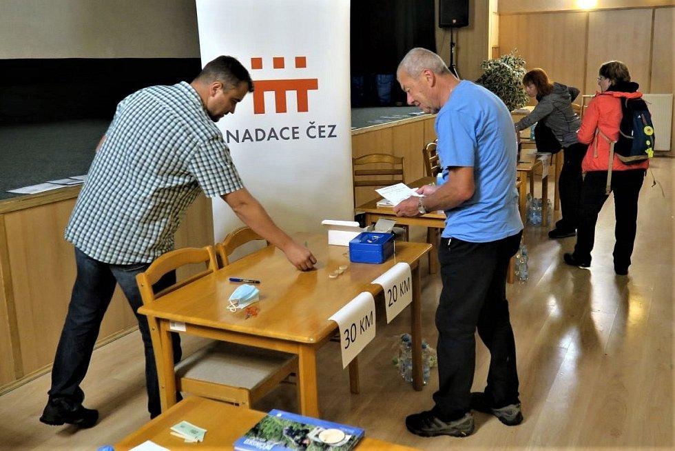 Všichni turisté obdrželi po absolvování některé z tras drobné upomínkové předměty, které jim budou připomínat letošní účast na dálkovém pochodu Benešovská rokle. Na snímku jim je předává Jan Ušák, jednatel klubu.