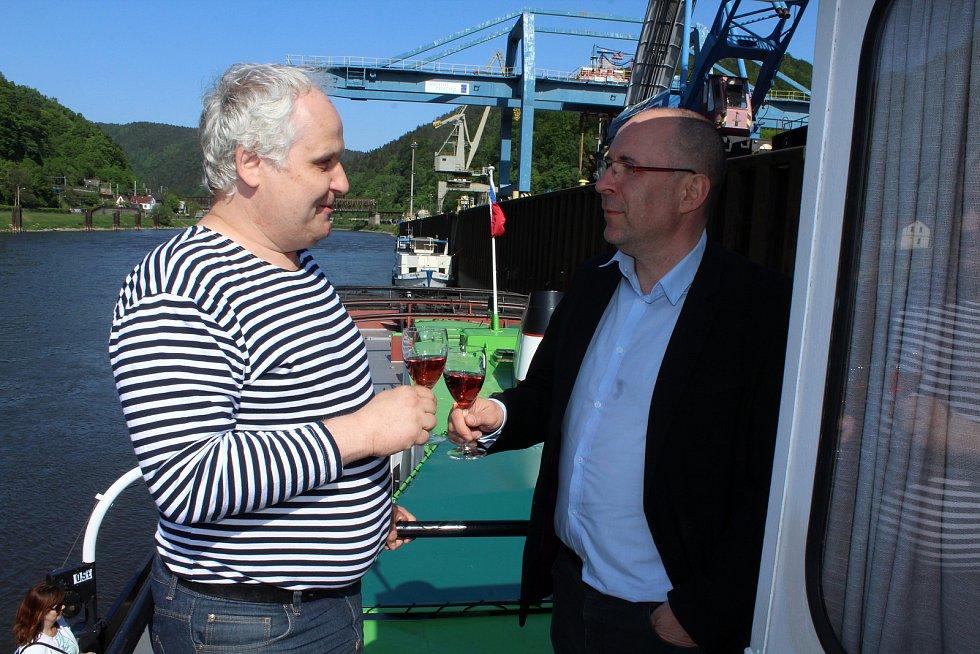 Ředitel ŘVC Lubomír Fojtů a ředitel děčínského muzea Vlastimil Pažourek podepsali dohodu o spolupráci při využití lodi Beskydy.