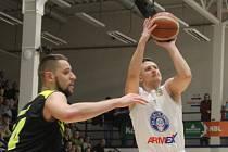 Konec po třech letech. Rozehrávač Lukáš Feštr (v bílém) končí v klubu BK ARMEX Děčín.