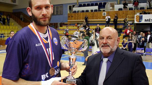 KVĚTEN 2012. Jakub Houška (vlevo) přebírá po páté semifinálové bitvě v Prostějově trofej za třetí místo.