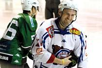 MICHAL OLIVERIUS by měl patřit i v nové sezóně k tahounům děčínských hokejistů.