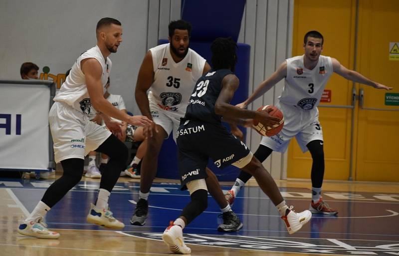 Porážka. Děčínští basketbalisté na vlastní palubovce podlehli Ostravě.