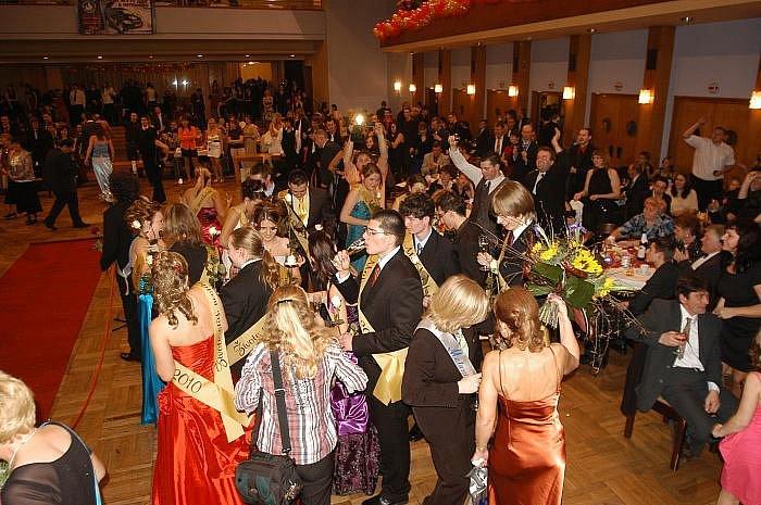 Maturitní ples Střední průmyslové školy chemická a stavební.