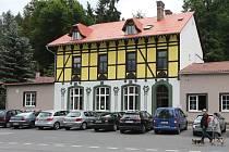 Nově zrekonstruovaná Restaurace Praha, dříve Hotel Praha, naproti informačnímu středisku v Jetřichovicích v blízkosti Českého Švýcarska