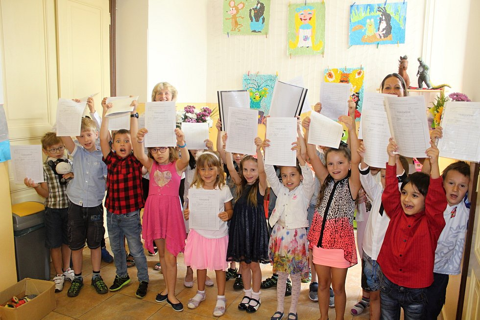 Prvňáci ze školy v Bezručově ulici v Děčíně si převzali svá první vysvědčení.