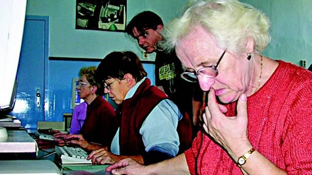 Senioři se učí na počítačích