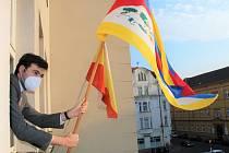 Tibetská vlajka zavlála také na radnici v Děčíně.