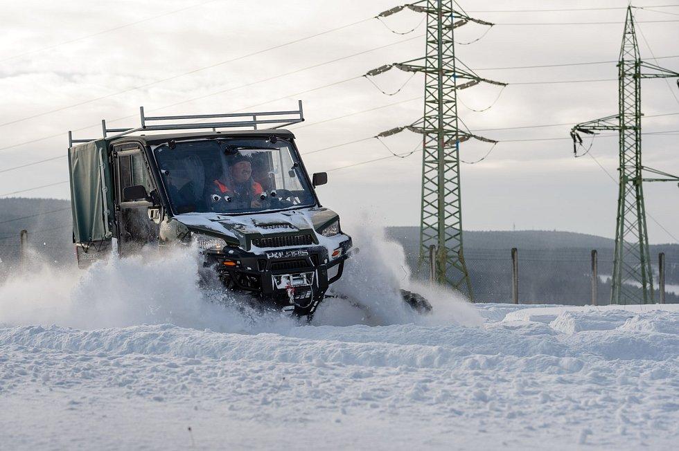 V zimním období usnadňuje práci i čtyřkolka Polaris.