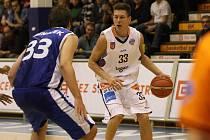 SUPER! Děčínští basketbalisté (v bílém) na úvod porazili Kolín!