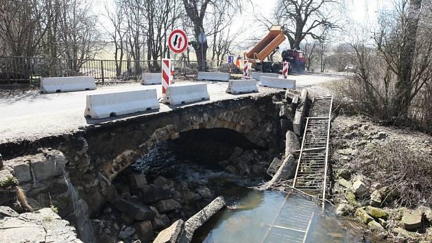 Mostek ve Verneřicích je v současné době uzavřen pro dopravu.
