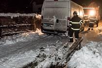 Ve sněhu uvízla dodávka, tahali ji hasiči.