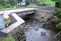 Měsíc po povodni má obec most zpátky.