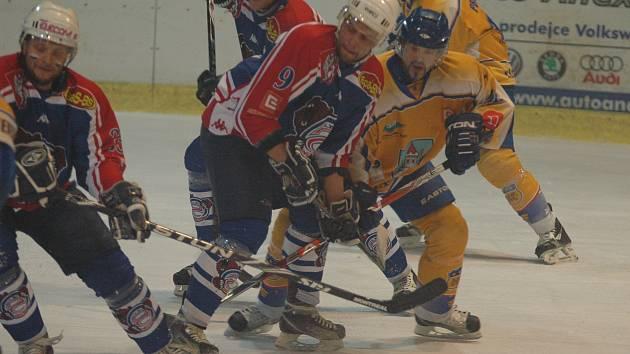 BYL TO BOJ. Na snímku ve druhém finále bojuje Sádovský (v modrém č. 9), za ním kapitán Filipovský a vlevo Stezka.
