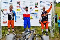 TŘI NEJLEPŠÍ. Stupně vítězů, kde se sešli tři nejlepší tuzemští fourcrossaři. Uprostřed nový mistr Milan Myšík, vlevo třetí Finda a vpravo druhý Stašek.