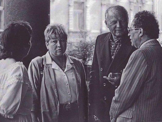 Vratislav Cvejn, první porevoluční starosta Děčína (na snímku vpravo).